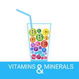 Minerais essentiels d'éléments nutritifs d'éléments chimiques en verre de cocktail de vitamines Image stock