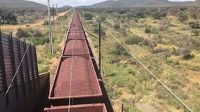 Mineral de hierro transportado por el ferrocarril almacen de metraje de vídeo