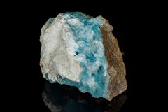 Mineral de piedra macro de la calcita del cobalto en un fondo negro foto de archivo