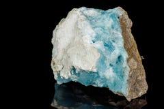 Mineral de piedra macro de la calcita del cobalto en un fondo negro imagen de archivo
