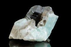 Mineral de quartzo isolado no balck Imagens de Stock Royalty Free
