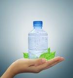 Mineral del agua de botella a disposición Imágenes de archivo libres de regalías