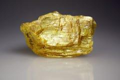 Mineral del oropimente - sulfuro arsénico Imagenes de archivo