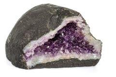 Mineral för ametistCrystal Druse makro på vit bakgrund arkivfoton