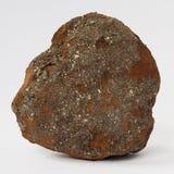 Mineral ferroso de la piedra arenisca en el fondo blanco imagenes de archivo