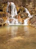 Mineral-rik vattenfall i den lyckliga byn, Slovakien Arkivfoto