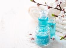 Mineralbadesalz, Duschgel, Tücher und Blumen Stockfotografie