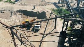 Minerale extractieplaats met werkende mijnbouwvoertuigen stock videobeelden