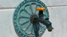 Minerale hete bronwaterkraan De foto schildert mineraalwaterkraan ma af Royalty-vrije Stock Foto