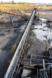 Minerale metallifero del carbone su un nastro trasportatore per elaborare fotografia stock libera da diritti