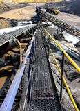 Minerale metallifero del carbone su un nastro trasportatore per elaborare immagini stock