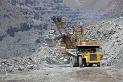 Minerale metallifero di caricamento nel camion Fotografia Stock Libera da Diritti