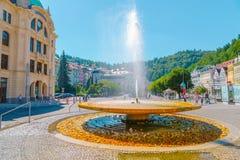 Mineralfrühlingsbrunnen und europäische bunte Gebäude und Straße in Karlovy Vary, Tschechische Republik Stockbilder