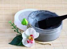 Mineralgesicht und Karosserie decken ab, tragen, Orchidee auf Stockbild
