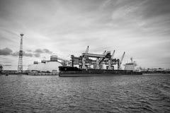 Mineralisk omlastning på port Fotografering för Bildbyråer