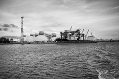 Mineralisk omlastning på port Arkivbilder