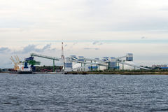 Mineralisk omlastning på port Royaltyfri Fotografi
