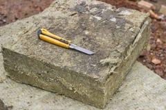 Mineralisk rockwoolpanel med ett knive hantverk arkivfoto