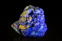 Mineralisk sten för Azurite framme av svart royaltyfri fotografi