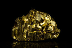 Mineralisk sten för pyrit framme av svart Fotografering för Bildbyråer