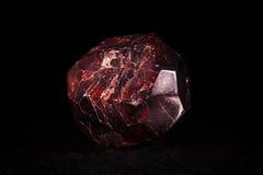 Mineralisk sten för granatrött framme av svart Royaltyfri Fotografi