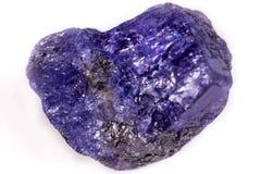 Mineralisk sten Tanzanite för makro på vit bakgrund royaltyfri fotografi