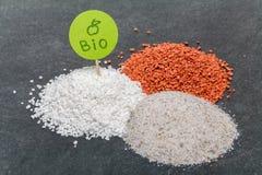 Mineraliska bio gödningsmedel med den gröna plattan, närbildsikt royaltyfria foton