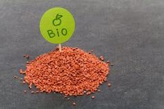 Mineraliska bio gödningsmedel med den gröna plattan, närbildsikt arkivbilder