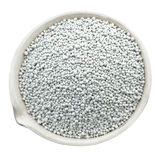 Mineraliska gödningsmedel i en kemisk porslinkopp Royaltyfria Bilder