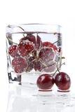 mineraliskt sött vatten för Cherry Arkivfoto