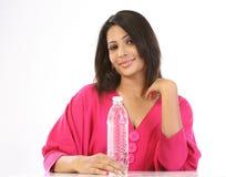 mineraliskt tonårs- vatten för flaskflicka Arkivfoton