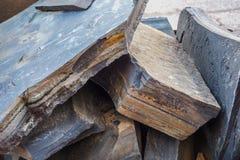 Mineralogía del shungite en volúmenes grandes, apilada en una pila Piedra de Shungite Foto de archivo libre de regalías