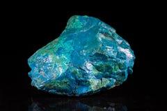 Mineralstein Chrysocolla vor Schwarzem lizenzfreie stockbilder