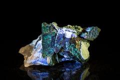 Mineralstein Plancheite vor Schwarzem stockfotografie