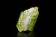 Mineralstein Verdelite vor Schwarzem stockfotos