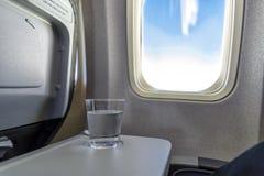 Mineralvatten i ett flygplan Arkivbild