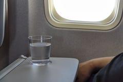 Mineralvatten i ett flygplan Royaltyfri Foto