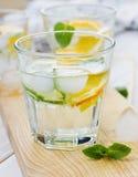 Mineralvatten med limefrukter, apelsiner, citroner, is och mintkaramellen Arkivfoton