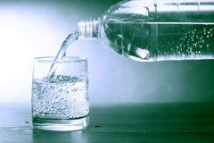 Mineralvatten på mörker Royaltyfria Bilder