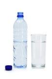 Mineralwasser in einem Glas und in einer Flasche Lizenzfreie Stockbilder