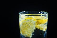Mineralwasser mit Zitrone Stockbild
