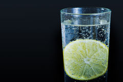Mineralwasser mit Zitrone Stockfoto
