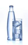 Mineralwasserflasche und -glas Stockfotografie