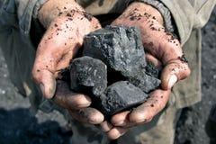 Minero de carbón en las manos de Foto de archivo