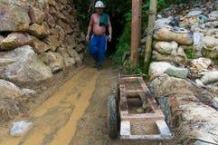 Minero de oro del bolsillo que sale del túnel apretado Imágenes de archivo libres de regalías