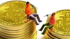 Mineros de Bitcoin en un bitcoin fotos de archivo