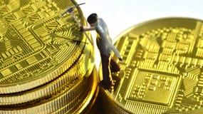 Mineros de Bitcoin en un bitcoin foto de archivo