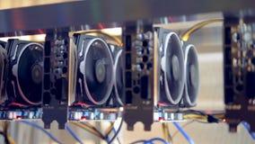 Mineros de Bitcoin puestos en shelfs Cryptocurrency de la explotación minera Concepto de Bitcoin almacen de video