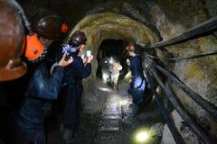 Mineros de la película de los turistas dentro de la mina de Cerro Rico adentro Imagen de archivo libre de regalías