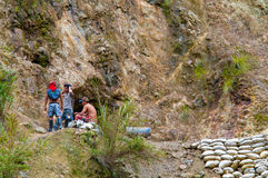 Mineros de oro del bolsillo que se reclinan fuera de un túnel Foto de archivo libre de regalías